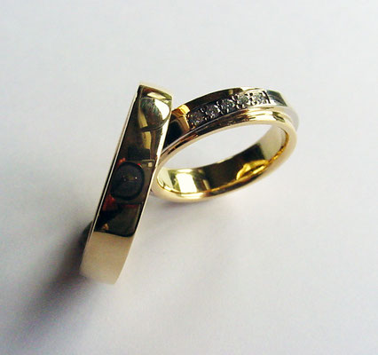 Alliances or jaune 750 et 5 diamants blanc sur or blanc 750