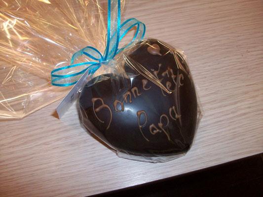 Coeur tout chocolat garni de chocolats. 5 € ou 8.5 €.