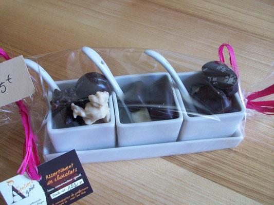 Porcelaine 3 carrées + cuillères et support contenant 122g de chocolats > 15 €.