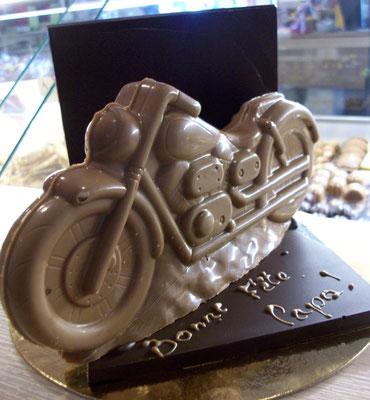 Moto sur support.12x12x12 cm. 338g de chocolat. 23 €.