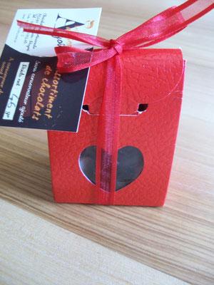 Boîte rouge coeur, 46 g de chocolats > 3,50 €.