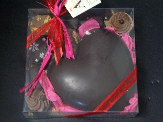 Coffret carré transparent. 110 g de chocolats > 8 €.