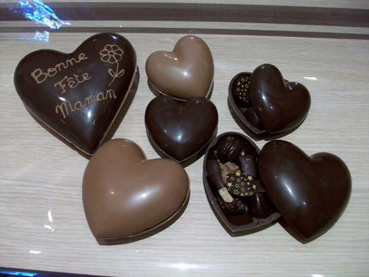 Les coeurs tout chocolat garnis de chocolats. 80g > 5 € ou 132g > 8,50 €.