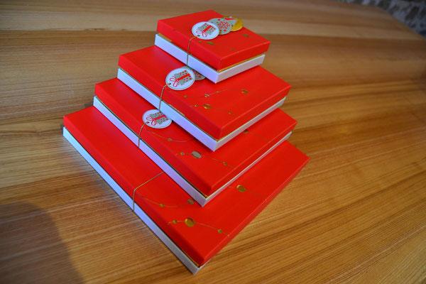 Boîte élégante rouge, de 13 € à 38 €.