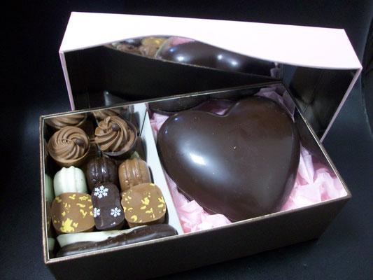 Coffret garni de chocolats. 210g> 17 € ou 270g > 21,50 €.
