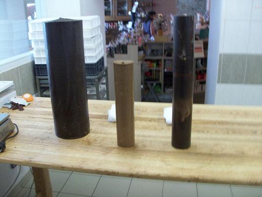 Au départ, trois blocs de chocolat en forme de tubes; environ 30 kg.