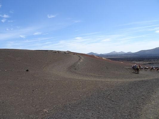 Weg durch den schwarzen Sand