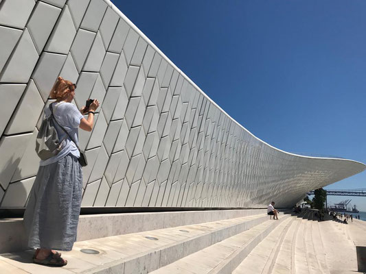 Das Gebäude des Kunstmuseum MAAT ist schon Kunst genug...wunderbar!