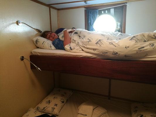 Kaum die Kabine bezogen, liegt Leo schon im Bett... er liebt es!!!