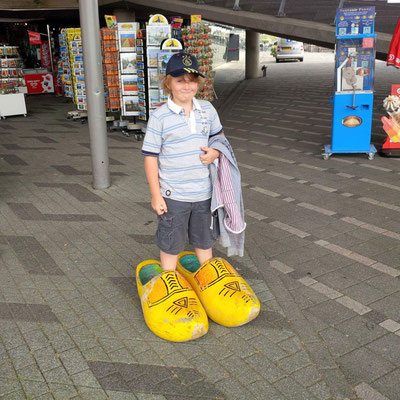In Rotterdam - warten auf die Hafenrundfahrt. Frau Antje holt Käse.....