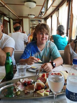 Begrüßung auf dem Schiff mit Mittagssnack