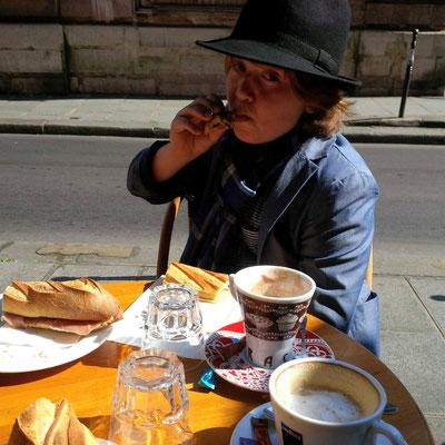 Spätes Frühstück mitten in der Stadt