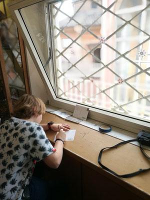 Im kleinen Souvenirshop AUF DEM DACH Postkarten schreiben