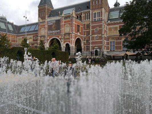 Vor dem bekannten Rijksmuseum