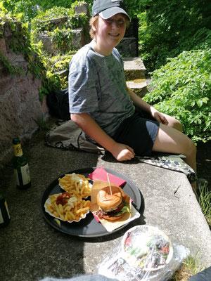 Picknick auf der sonnigen Burgmauer