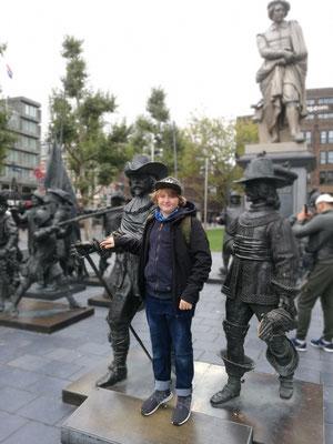 Rembrandt total: Leonard an der bekannten Rembrandtplein mit Statuen