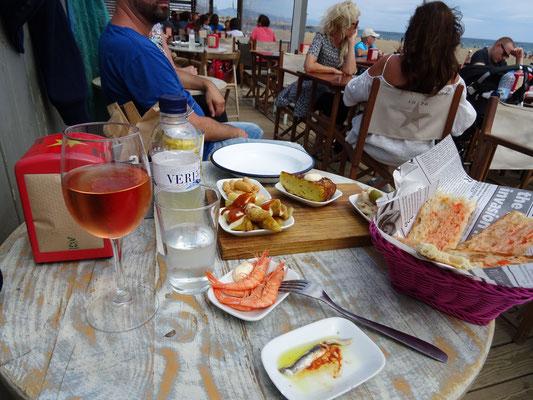 Spätes Mittagessen am Strand