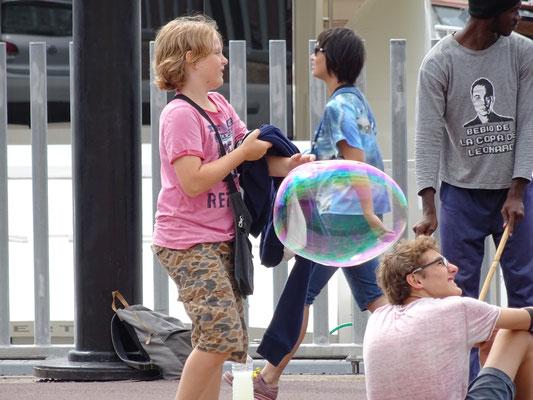 Da kann man nicht wiederstehen: Seifenblasenkunst überall!