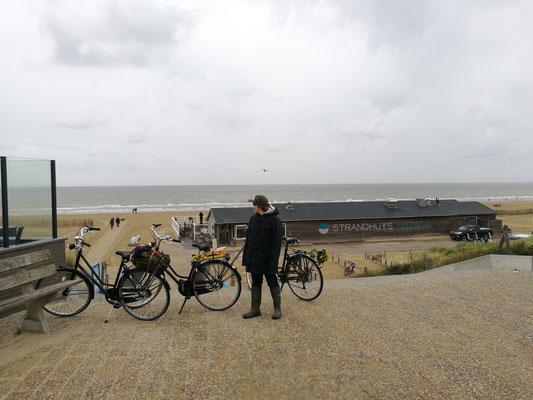 Mit den Rädern an den Strand