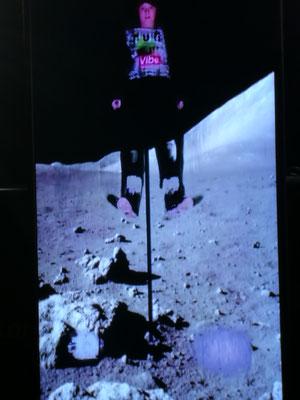 """Leo springt """"auf dem Mond"""" im Raumfahrt-Museum"""