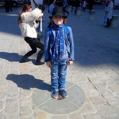 """Mein kleiner Franzose vor dem Notre-Dame auf dem """"Point Zero des routes de France"""""""