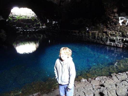Am See in der Höhle im Jameos del Agua. Die kleinen weißen Punkte im Wasser sind Mini-Albinokrebse