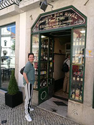 Meine geliebte Schwägerin vor dem bekannten Schnapsladen...die Vorfreude ist nicht zu übersehen, oder?