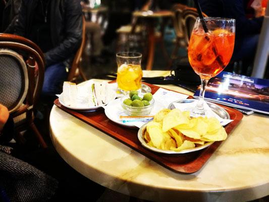 Abendliches Highlight in der Via Frattina und in der Bar Frattina in Rom: unser Apero! Die tollste Art über andere Touristen zu lästern...