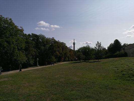 Spaziergang zum Burgviertel mit Blick zurück zum Turm