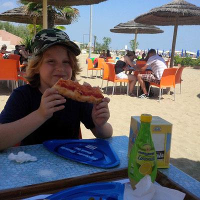 In Veneding auf dem Lido. Eine Pizza und dann ab auf die Räder und weg von den Massen!
