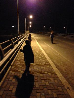 Il est trois heures du matin, nous traversons à pied la frontière entre l'Equateur et le Pérou