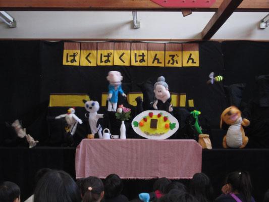 お母さん達の人形劇グループ活動です
