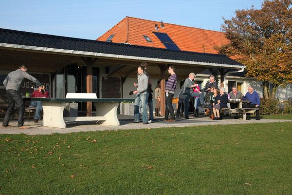 Morene Hoeve - familie op het terras in het najaar