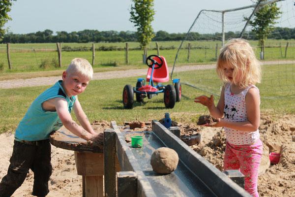 Moréne Hoeve - spelen met de waterpomp