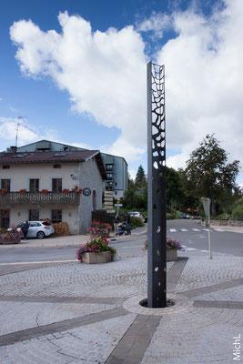 La sculpture en acier, installée sur la place du village © Michel LAURENT (MichL)