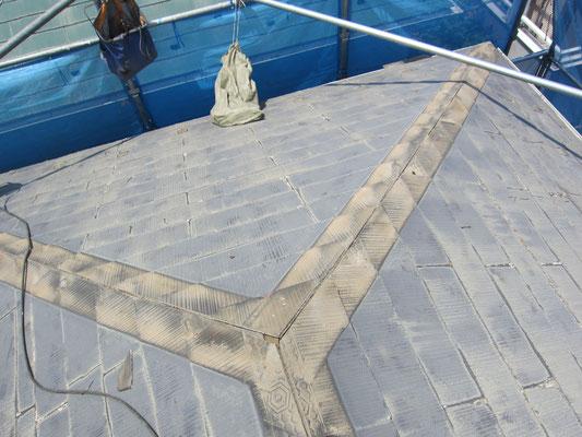 古い屋根を残して施工するためコストを抑えられます