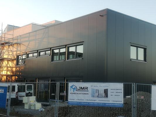 Neubau Produktionshalle in Fellbach, Fenster, Raffstore und Eingangselemente