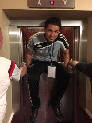 ...wenn Physio und Doc kurz vor Abfahrt zum Halbfinale gegen Kroatien mit dem Wasservorrat im Aufzug stecken bleiben und erstmal befreit werden müssen...