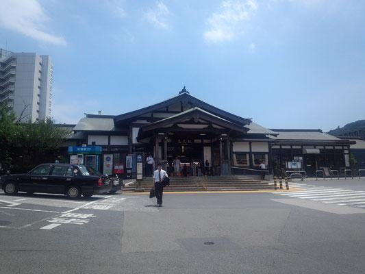 中央線の高尾駅。風情のある駅舎。午後1時、晴れてます。