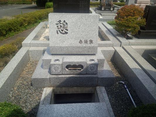 お墓を開けて骨壷を納めます。東京霊園、広いです。