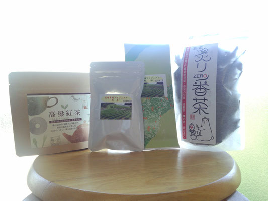 左から高梁紅茶、復興茶園の紅茶、緑茶、浦田さんの炙り番茶。