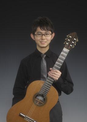 山本大河、クラシックギターを持って