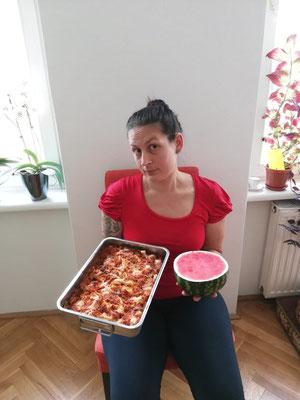 """Andrea Haberl beim """"Vergleich"""" von Nahrungsmitteln, passend zum Artikel: Anzeichen für Probleme mit Essen"""