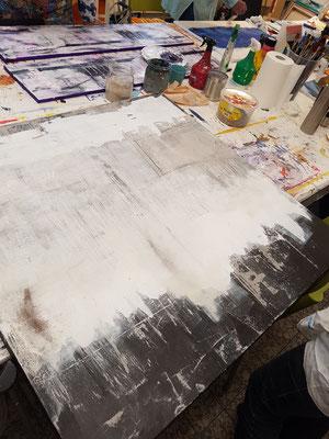 Dunkles Hintegrund mit Weiße Farbe übermalen