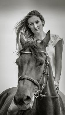 Pferdeshooting in schwarz weiß fotografiert von Das Fotoatelier Regensburg - Fotograf Regensburg