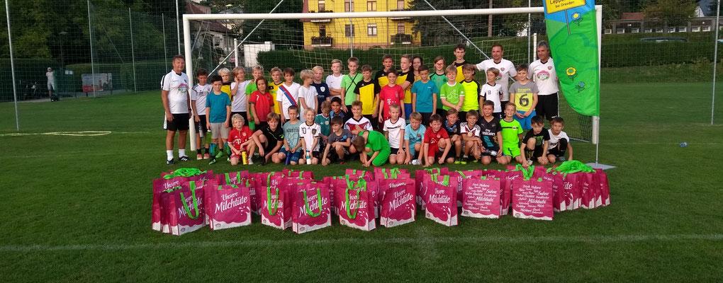 Fußballtrainingtag gesponsort durch Müllermilch mit Dixi Dörner(links)