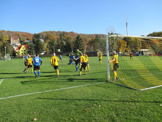 Fußball-Altherrenspiel November 2015 (ältester Spieler 63 J. hält sich am Torpfosten fest)