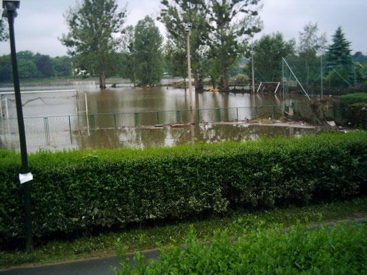 Hochwasser überschwemmt unseren Fußballplatz am 03.06.2013