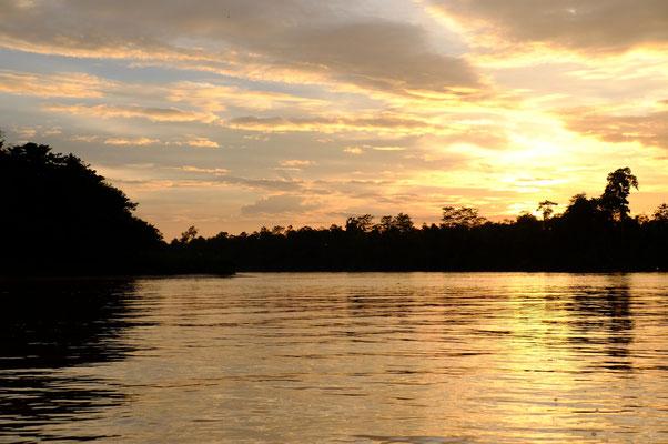 Die Bootstour neigt sich langsam, mit der untergehenden Sonne, dem Ende