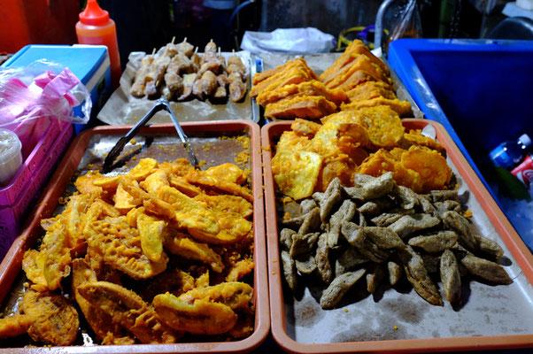 links unten: frittierte Bananen. Unsere LieblingsNascherei